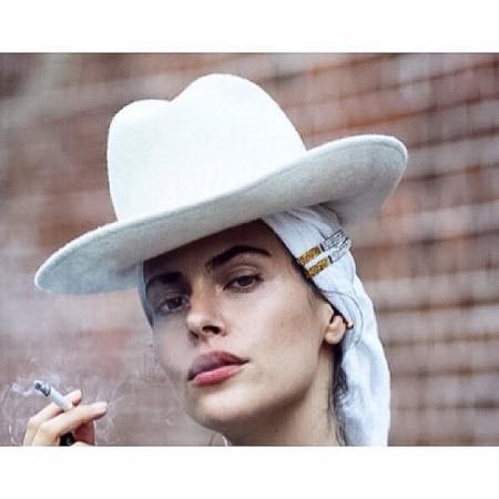 Model Tatiana Pajkovic trägt Bullet Ohrring